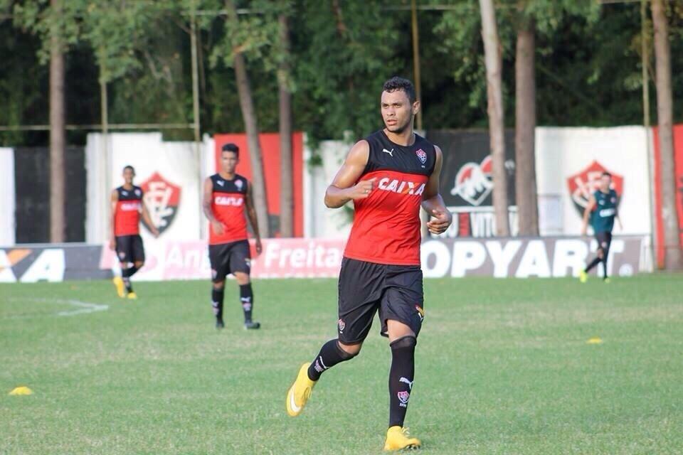 Zagueiro Vinícius treina no Vitória