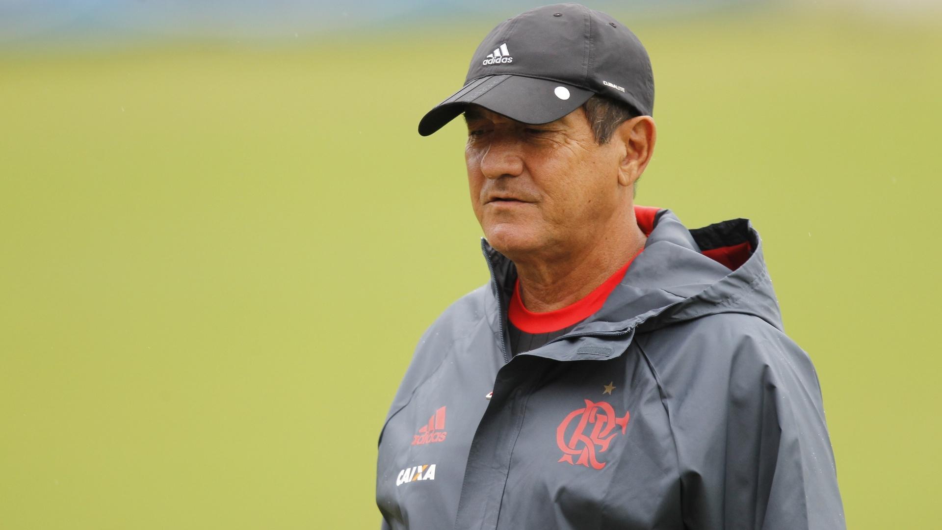 O técnico Muricy Ramalho caminha pelo campo durante o treinamento do Flamengo