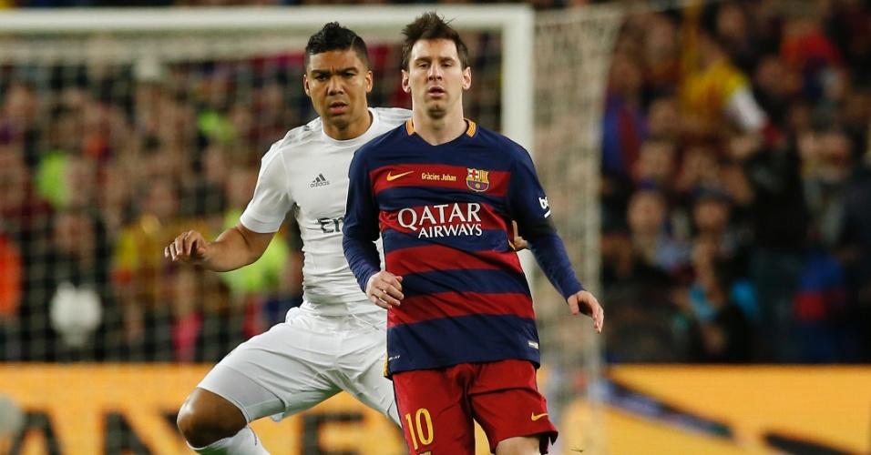 Lionel Messi domina a bola marcado de perto pelo brasileiro Casemiro durante o clássico entre Barcelona e Real Madrid, pelo Campeonato Espanhol