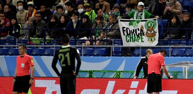 Torcida no Japão com a bandeira da Chapecoense