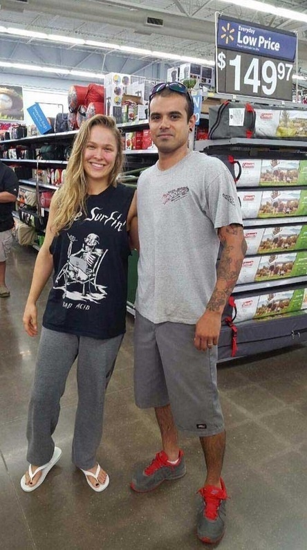 Fãs encontram Ronda Rousey em supermercado e tietam campeã do UFC
