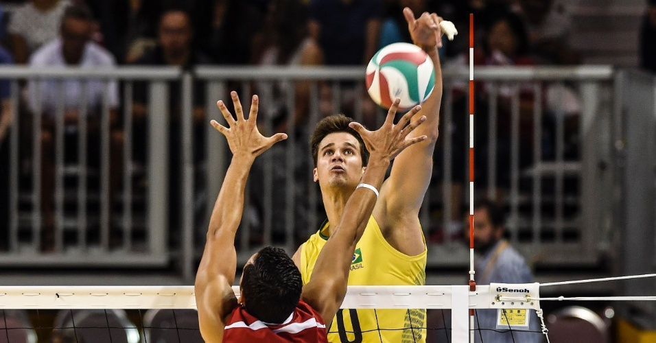 Renan em ação pela seleção brasileira. O bloqueio do jogador passa dos 3 metros de altura