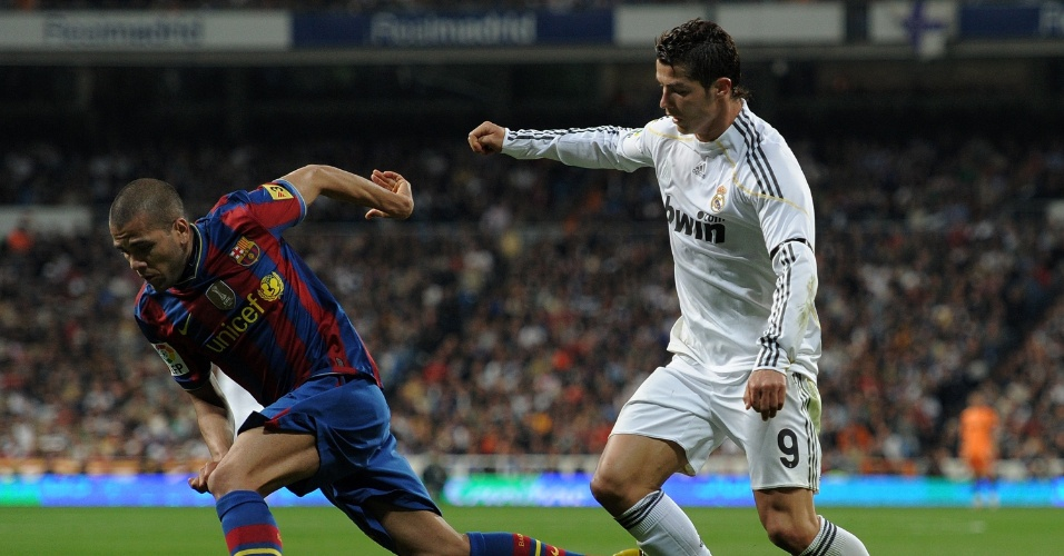 Daniel Alves disputa a bola com Cristiano Ronaldo, em lance da partida entre Barcelona e Real Madrid