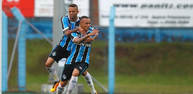 Everton e Luan comemoram gol pelo Grêmio contra o Aimoré, no Gaúcho