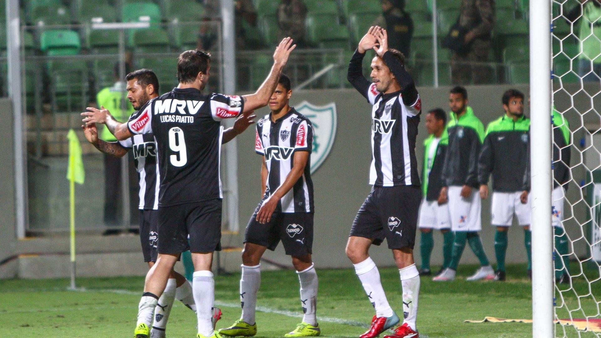 Jogadores do Atlético-MG comemoram gol contra o Coritiba