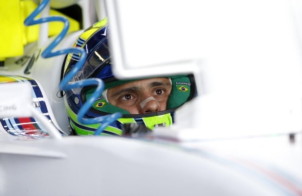 Felipe Massa acompanha telemetria de seu Williams antes de ir à pista em Silverstone