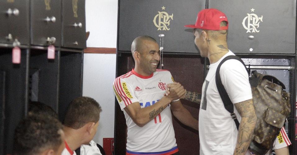 Ex-companheiros de Corinthians, Emerson Sheik e Guerrero conversam dentro do vestiário do Flamengo