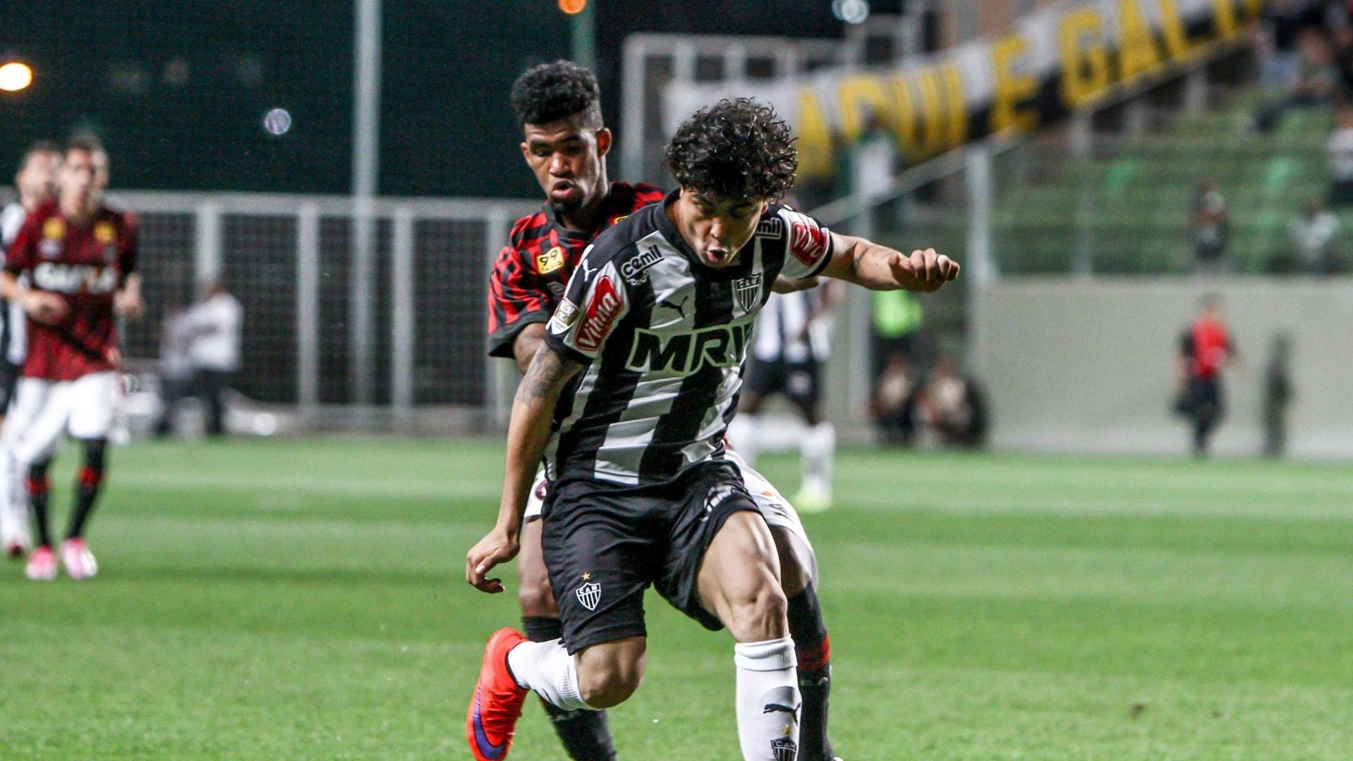Luan tenta jogada e é acompanhado de perto pela marcação do Atlético-PR