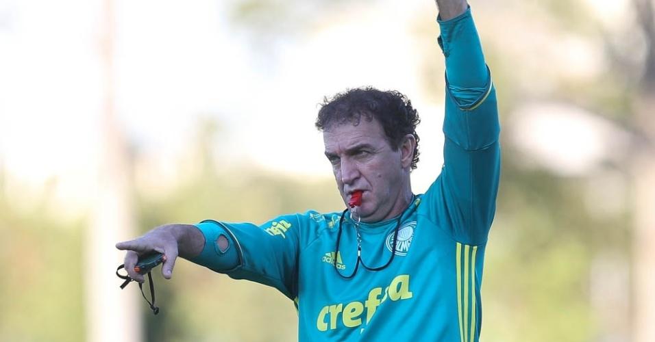 Cuca em ação em treino do Palmeiras na Academia de Futebol