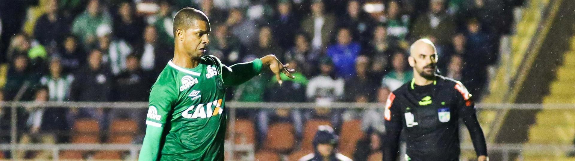 Bruno Rangel chuta e marca para a Chapecoense contra o Coritiba no Brasileirão