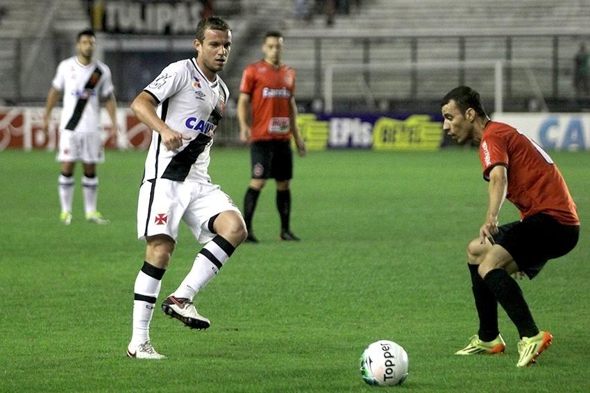 Marcelo Mattos trabalha a bola em jogo do Vasco contra o Brasil de Pelotas