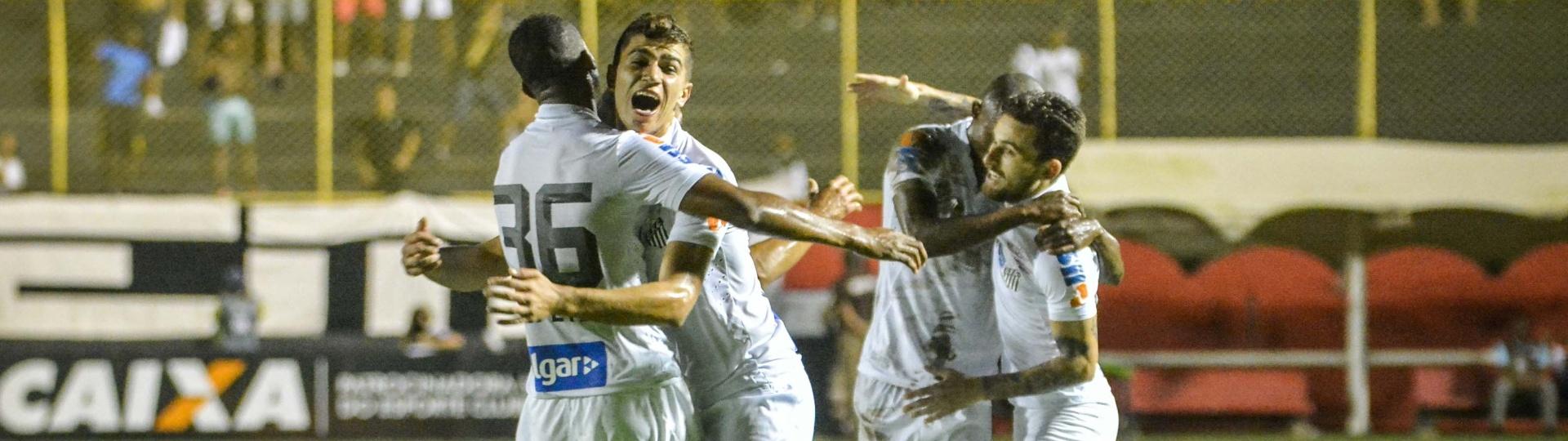 Copete e Vitor Bueno comemoram gol marcado pelo time do Santos contra o Vitória