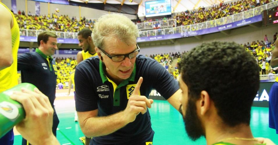 Bernardinho orienta Wallace na partida entre Brasil e Itália