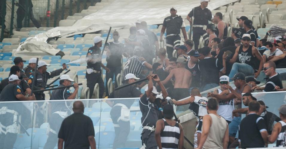 Torcida do Corinthians entra em confronto com a Polícia no Maracanã