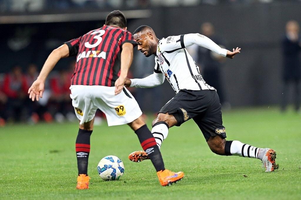 Vagner Love dribla adversário do Atlético-PR em jogo do Corinthians