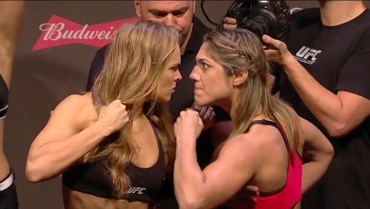 Ronda Rousey e Bethe Correia fazem encarada tensa durante pesagem para o UFC 190