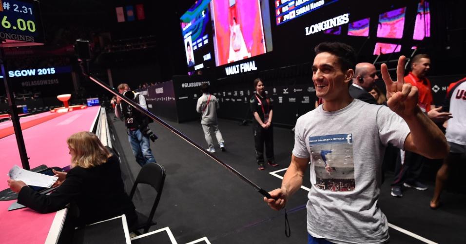 01.nov.2015 - Romeno Marian Dragulescu tira foto com um pau de selfie para comemorar sua prata na final de salto do Mundial de ginástica artística em Glasgow