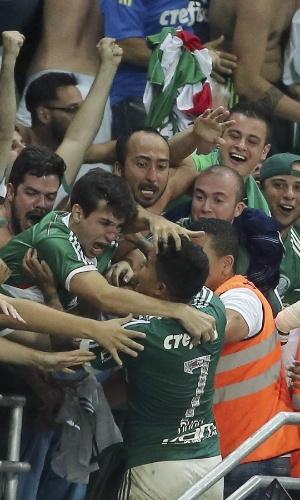 Dudu vai para a torcida depois de fazer o segundo gol do Palmeiras