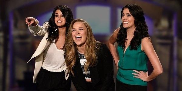 Selena Gomez e Ronda Rousey foram convidadas para apresentar a edição 798 do Saturday Night Live