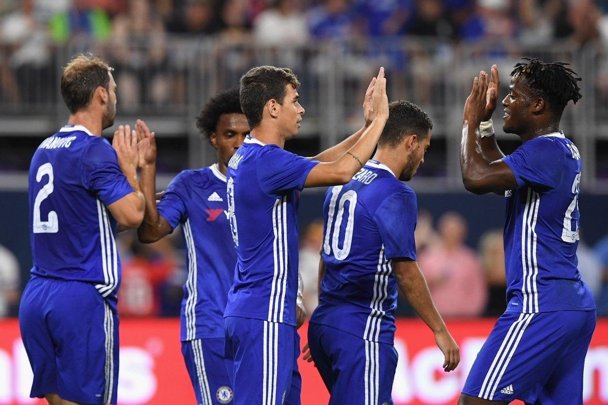 Oscar faz dois gols e celebra com companheiros a vitória contra o Milan