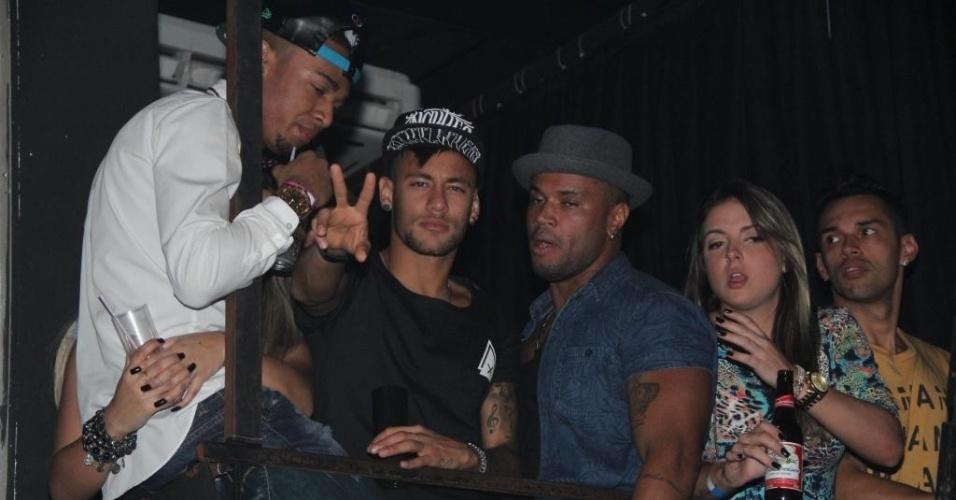 28.jun.2015 - Afastado dos holofotes desde que deixou a seleção brasileira na Copa América, no começo da semana passada, Neymar foi a uma casa noturna no Rio neste domingo prestigiar um show de Anitta