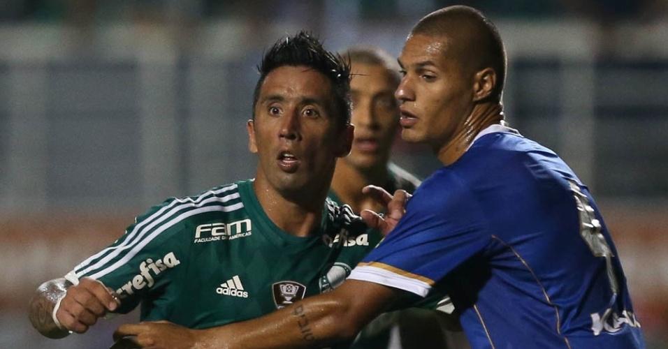 Barrios recebe a marcação adversária no confronto entre Palmeiras e Rio Claro