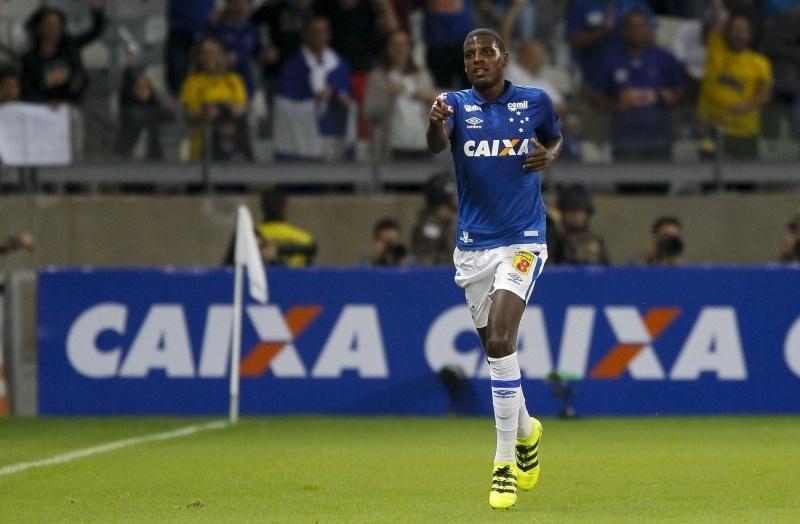Bruno Ramires comemora gol do Cruzeiro diante do Vitória