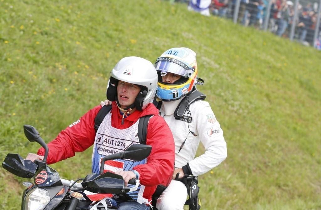 Fernando Alonso pega carona em moto após acidente de sua McLaren com a Ferrari de Raikkonen