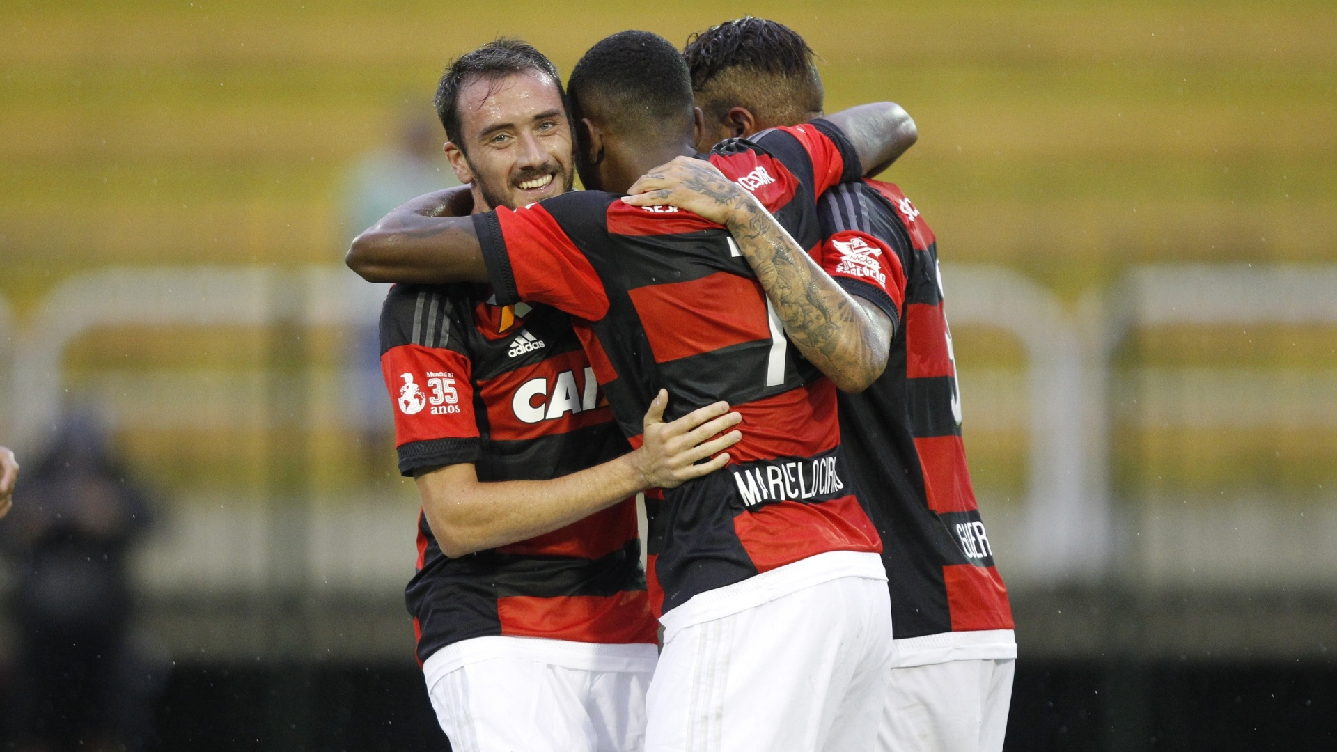Mancuello abraça Marcelo Cirino e Mancuello durante os 5 a 0 do Flamengo sobre o Resende