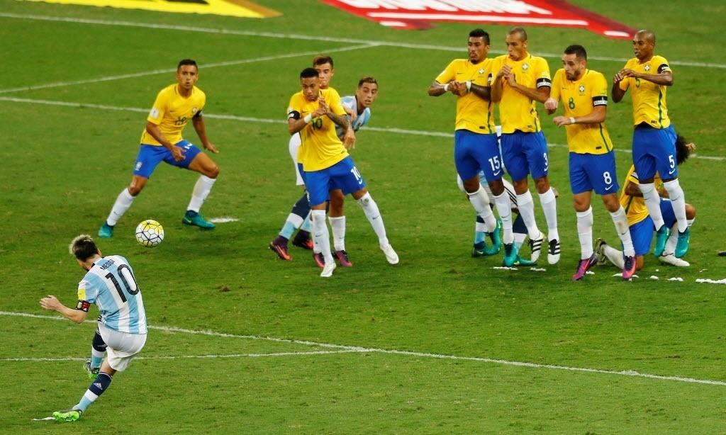 Messi cobra falta no clássico Brasil x Argentina no Mineirão