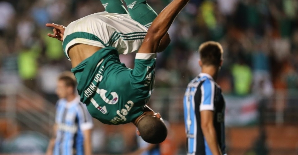 Vitor Hugo comemora com seu tradicional mortal gol do Palmeiras contra o Grêmio