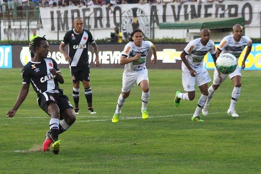 Andrezinho marca um dos gols do Vasco contra o Tupi