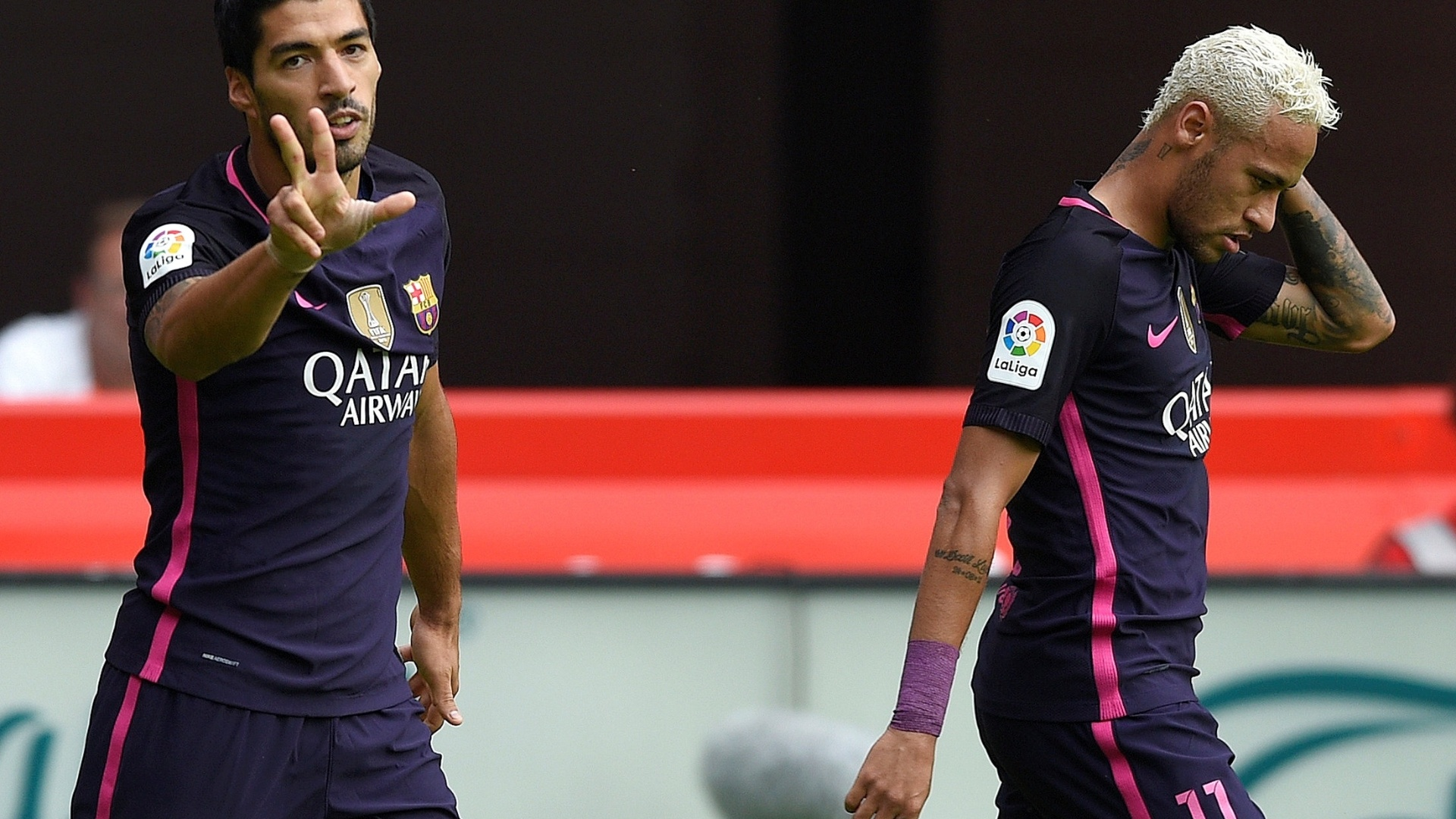 Suárez e Neymar comemoram gol do Barcelona