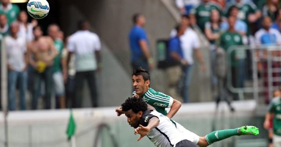 Gil (esq.), do Corinthians, disputa lance com Robinho, do Palmeiras, em partida neste domingo (6), pela Série A do Campeonato Brasileiro