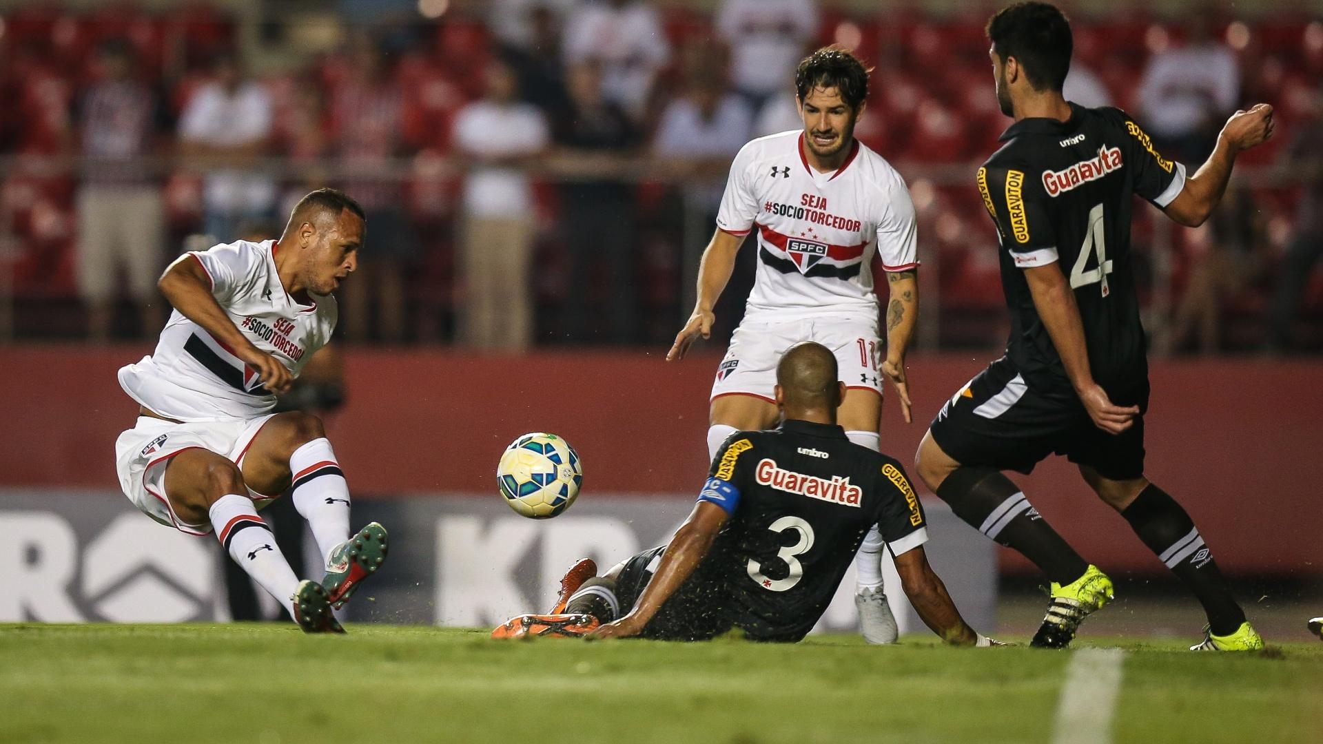 Alexandre Pato e Luis Fabiano tentam jogada ofensiva para o São Paulo contra o Vasco pela Copa do Brasil
