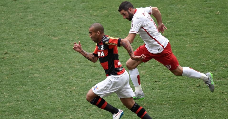 Emerson Sheik conduz a bola em direção ao ataque e tenta escapar da marcação do adversário no duelo entre Flamengo e Inter pelo Brasileirão