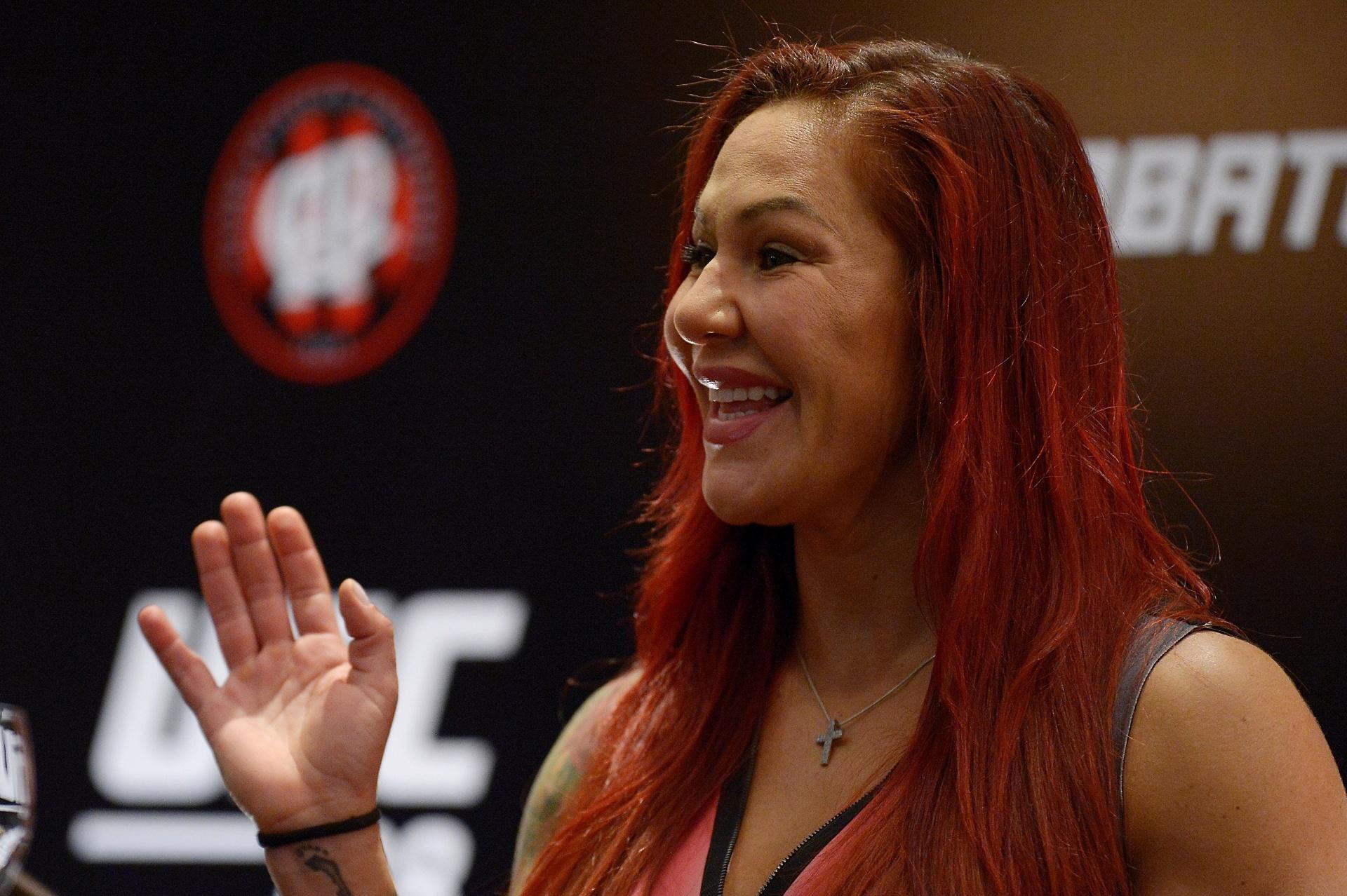 Cris Cyborg acena durante evento de divulgação do UFC 198. Brasileira fará sua primeira luta na organização