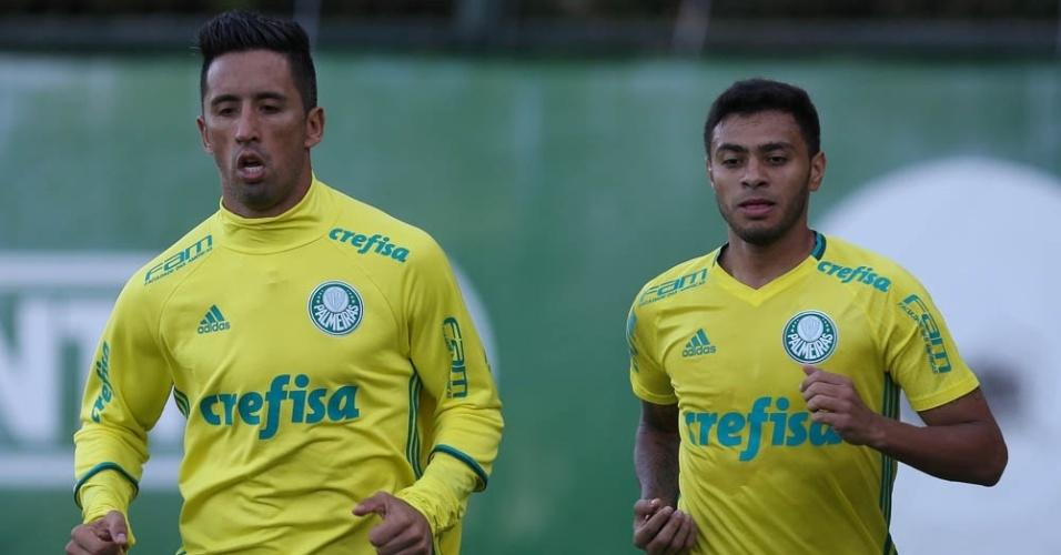 Barrios e Cleiton Xavier correm em treino do Palmeiras na Academia de Futebol