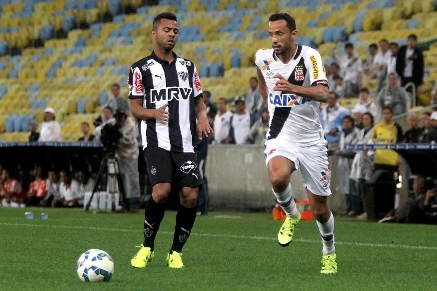 Rafael Carioca (esq.), do Atlético-MG, disputa lance com Nenê, do Vasco, em partida neste sábado (5), pela Série A do Campeonato Brasileiro