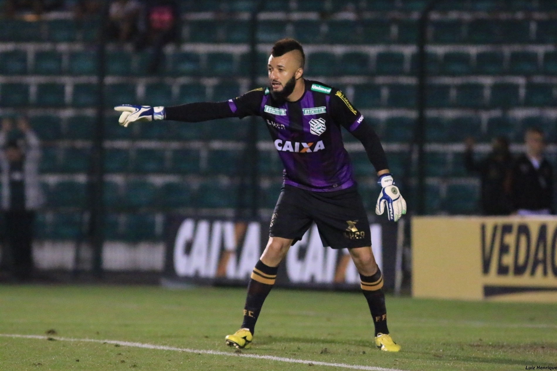 Alex Muralha defende a meta do Figueirense contra o Santos pela Copa do Brasil
