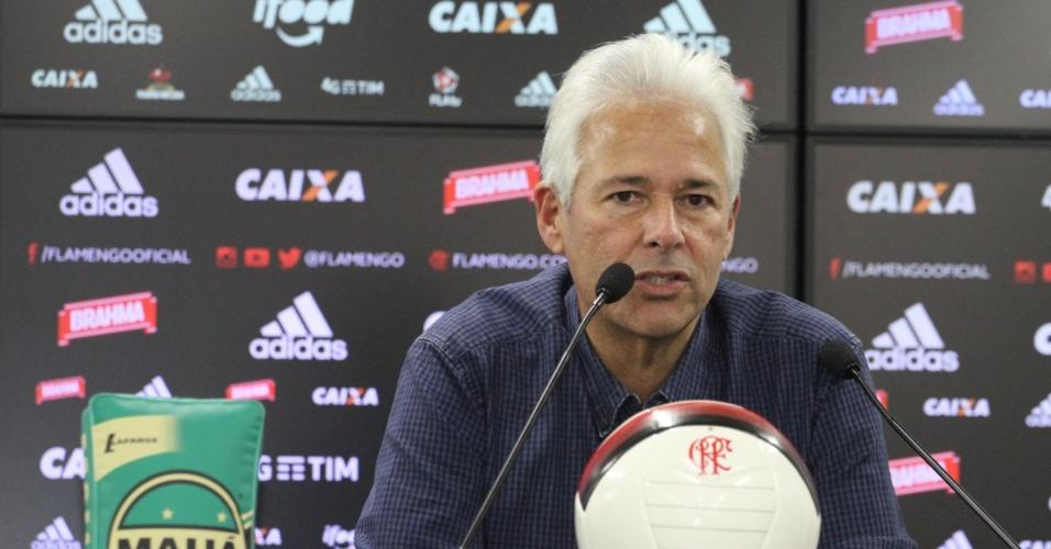 Flávio Godinho, vice-presidente de futebol do Flamengo, concede entrevista no CT