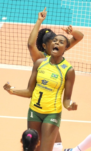 28.set.2014 - Fabiana comemora ponto em jogo da seleção brasileira contra a Sérvia pelo Mundial de vôlei