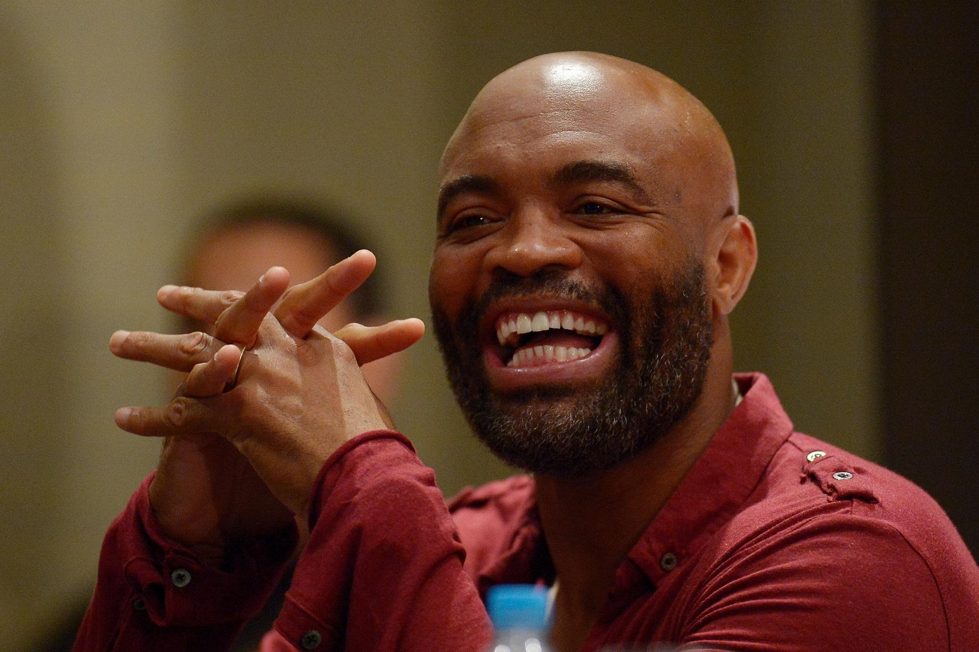 Anderson Silva ri durante evento de divulgação do UFC 198