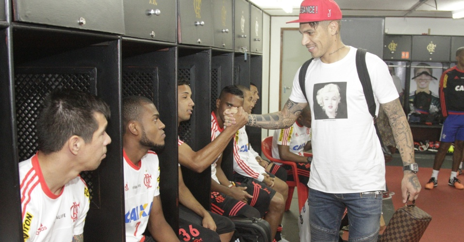 Paolo Guerrero cumprimenta companheiros dentro de vestiário do Flamengo