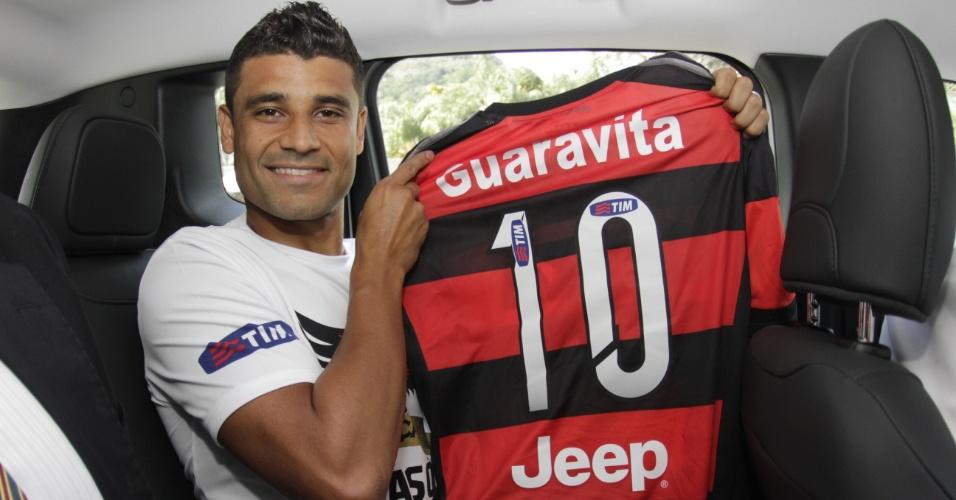 O meia Ederson exibe a camisa 10 do Flamengo na chegada ao clube carioca