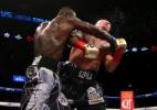 Americano mantém cinturão com nocaute devastador e faz rival sair de maca - Mike Stobe/Getty Images