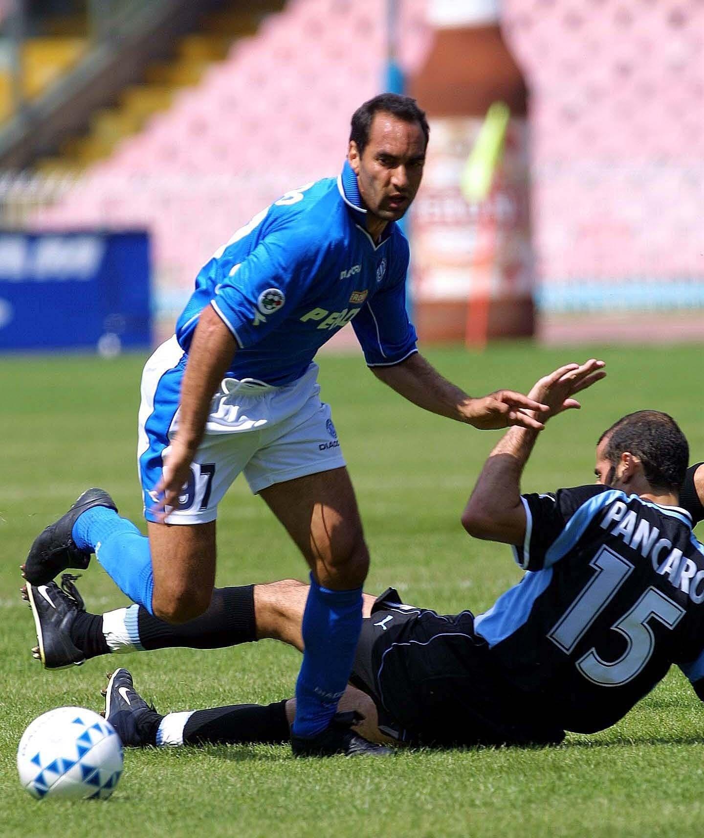 Edmundo se livra de Pancaro em ação pelo Napoli