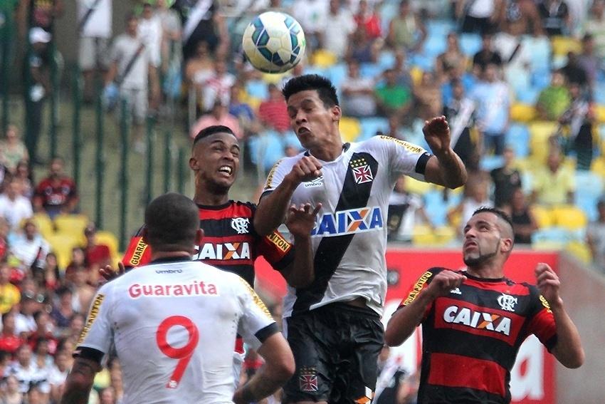 Flamengo e Vasco fazem o clássico no Maracanã. O jogo disputado tem várias jogadas de bola aérea