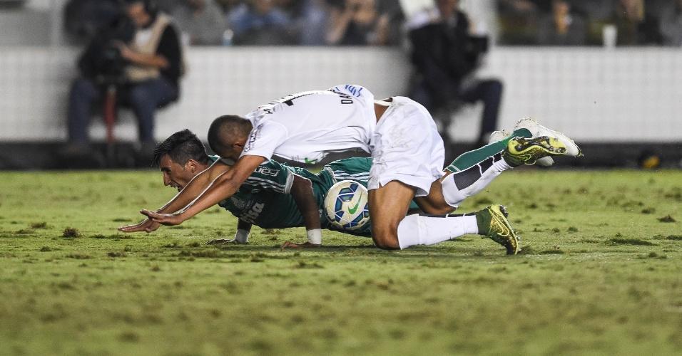 Braz, do Santos, e Lucas Barrios se envolveram em lance polêmico, em que os palmeirenses pediram pênalti