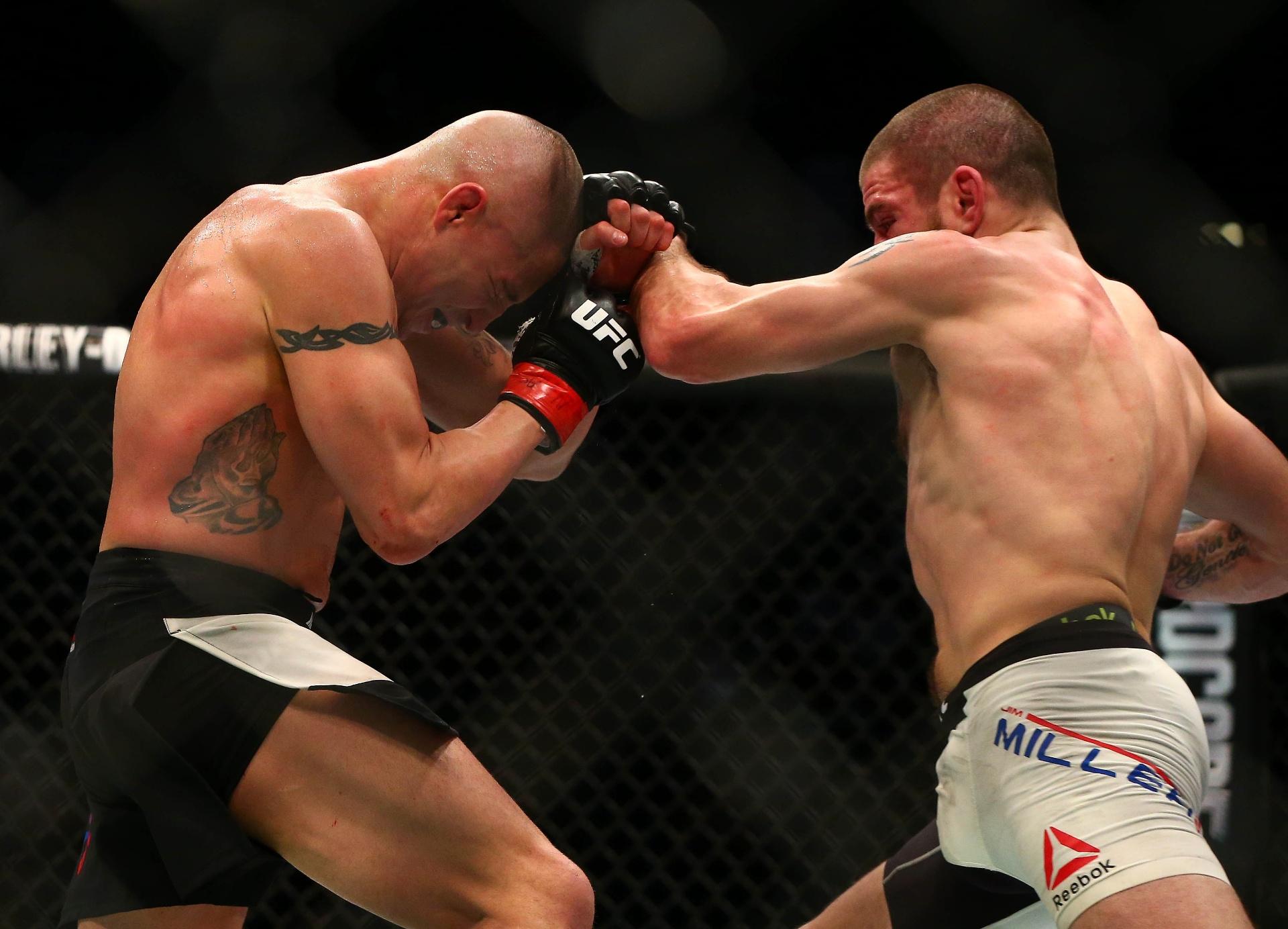 Diego Sanchez se defende de golpe desferido por Jim Miller no UFC 196